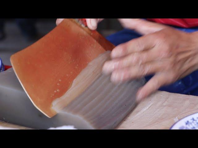 陕西大爷卖小吃,40年铜刀成招牌,一天只做一锅,不到饭点挤满人
