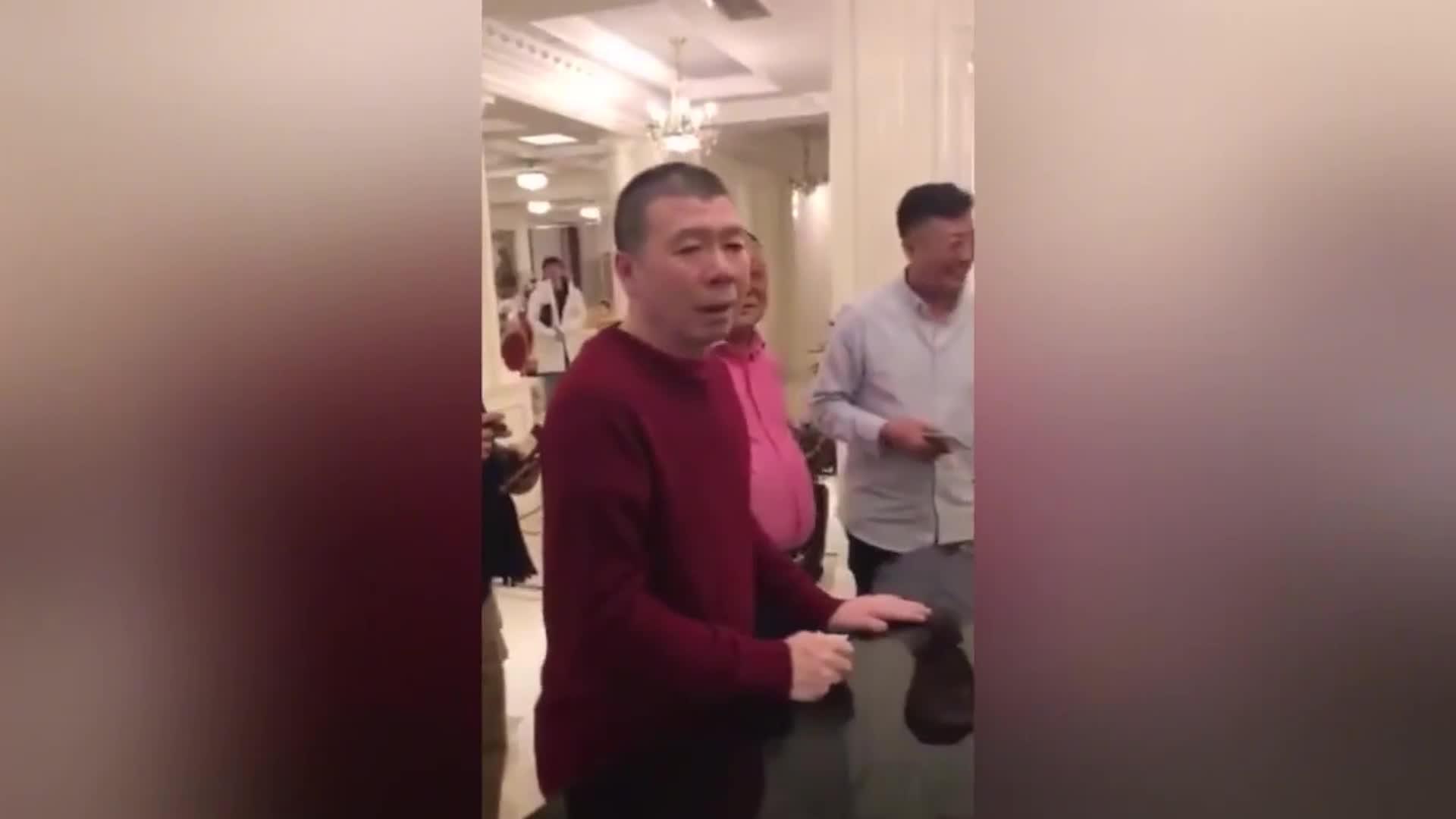 冯小刚喝多让女生跳舞, 被陈道明破口大骂: 你没看过跳舞啊