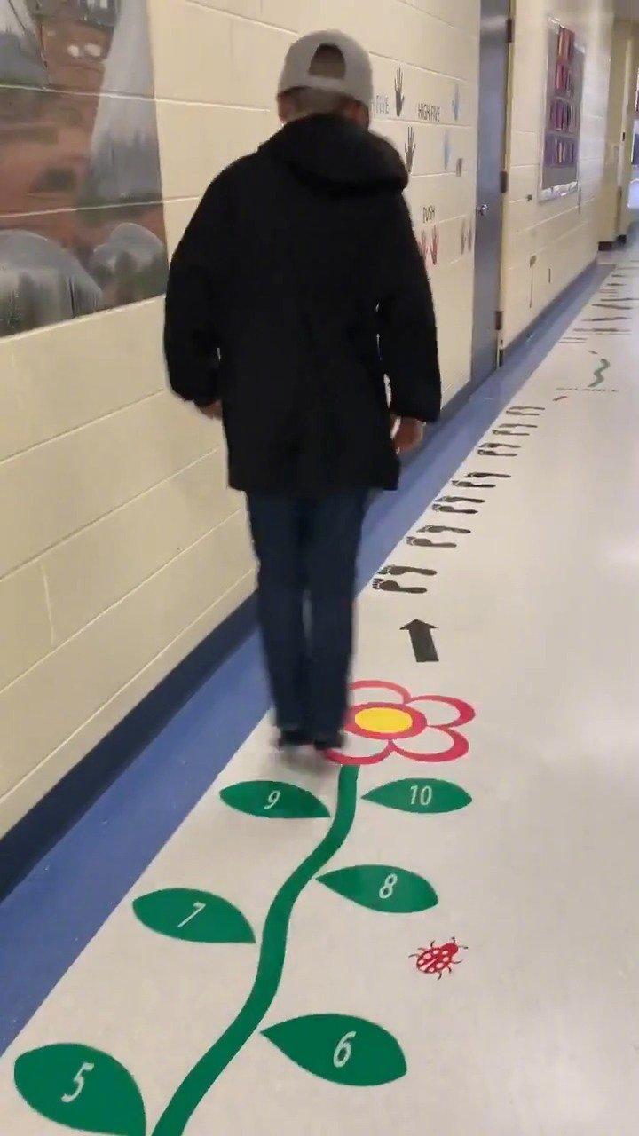 学校里一条走廊改成了游戏通道...