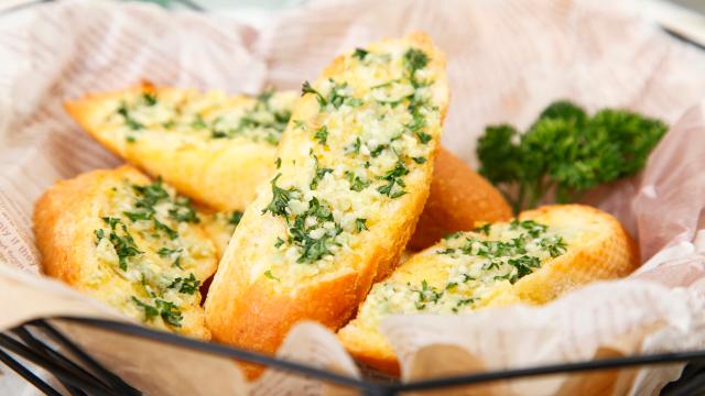 蒜香四溢的烤法棍, 酥脆到没朋友, 最适合懒人的做法。