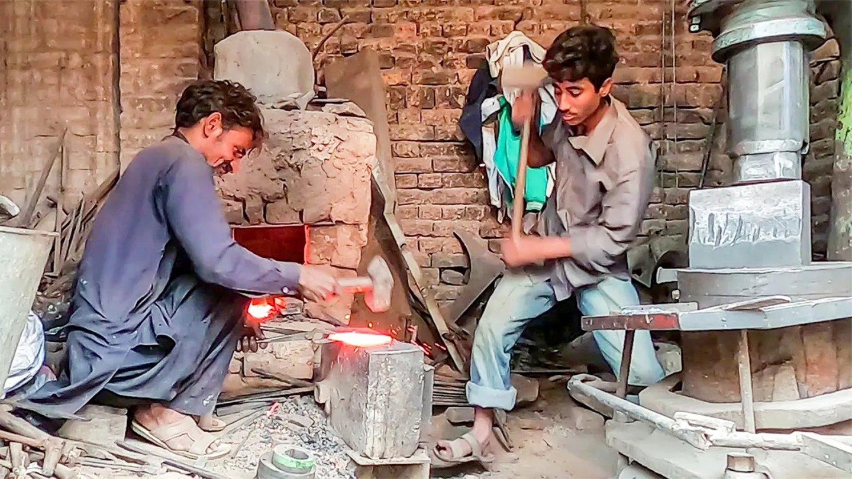 传统的打铁手艺, 敲敲打打一把完美的铲子就完成了, 现在不多见了