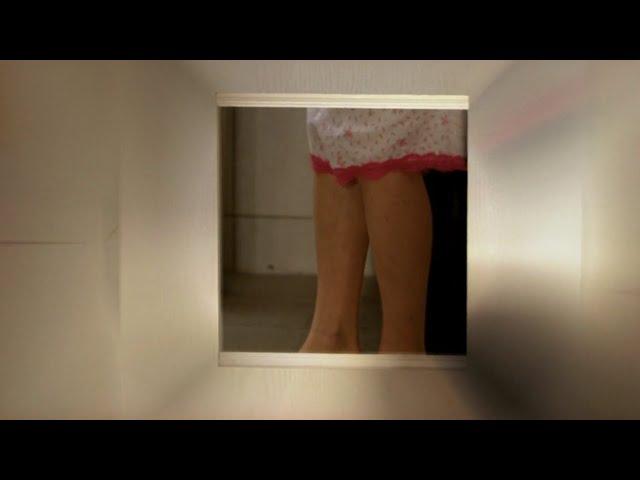 女神在浴室内换内裤,男子在外面偷看,鼻血哗啦啦的流一地!