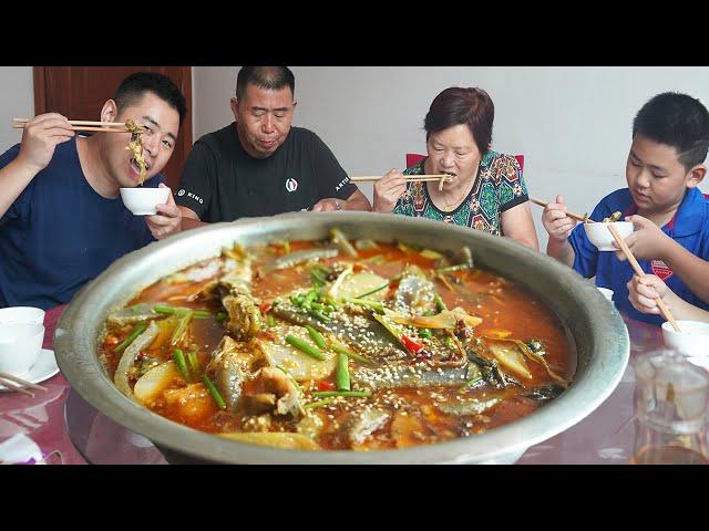 【超小厨】全家钓鱼,美女老板炒3斤黄辣丁,小厨食量太惊人,幸好不是自助餐!