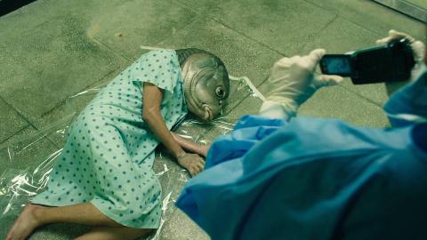 比起《寄生虫》这部韩国电影更能揭露人性,穷人为了钱参加人体实验,结果变成怪物还被众人利用