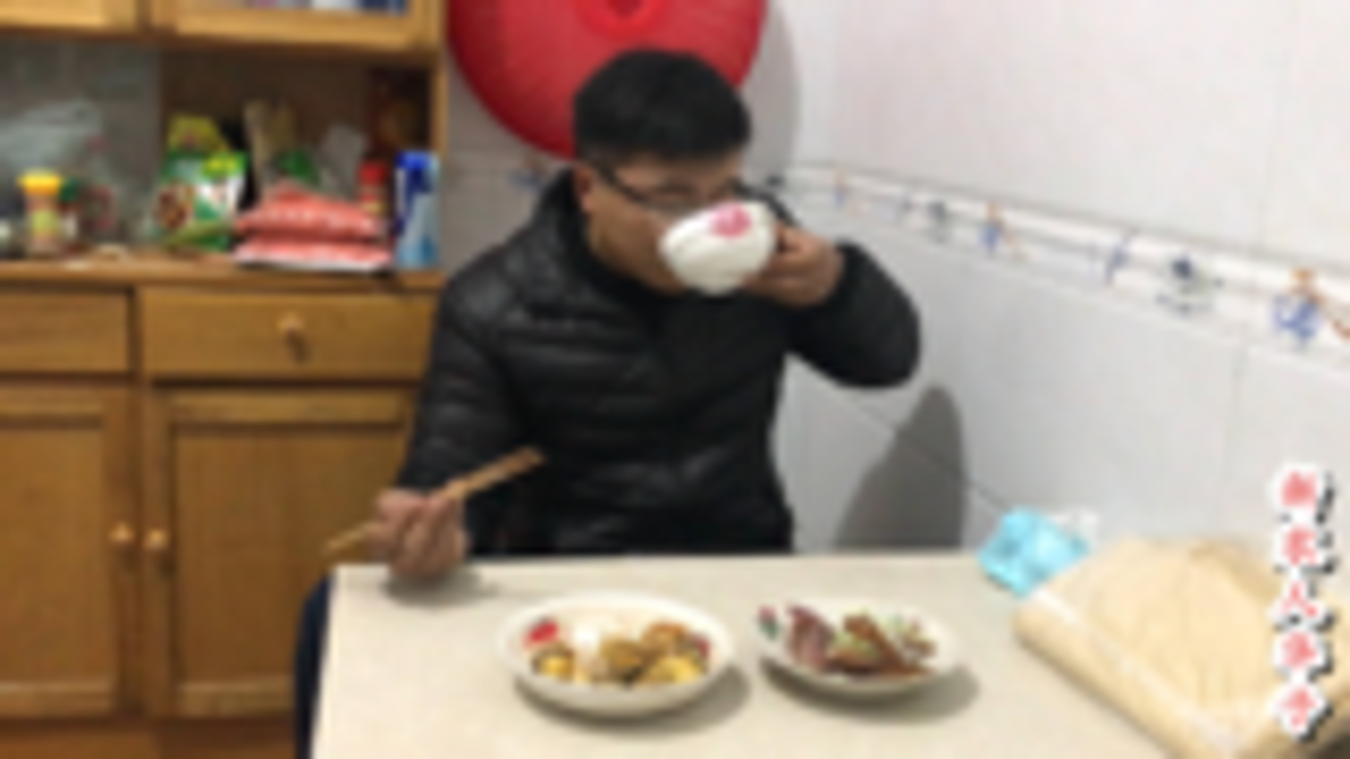 下雨天,9个毛鸡蛋,一盘酱牛肉,小伙一人喝一碗60度粮食酒过瘾