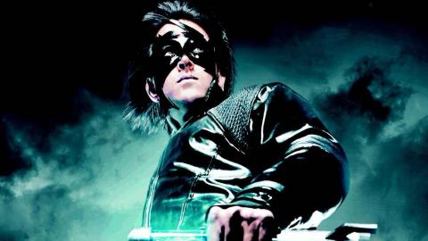 小伙得到外星人的帮助,从此变成了超级英雄,战袍堪比蝙蝠侠