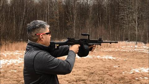 【讲堂457期】实力比M249轻机枪还要好,亚洲这款轻机枪还可以抵着下巴射击