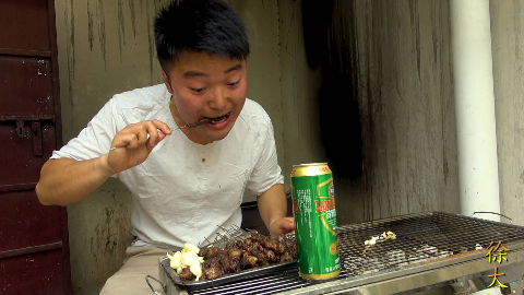 大sao烤羊肉串,三斤羊肉,一盆面,啤酒配大蒜吃,真过瘾