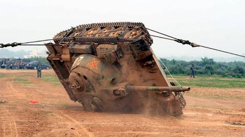 坦克若是一旦翻车了,要怎样来解决?看看美国这一次独特的经历