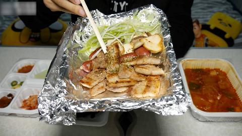 在韩国花86点的烤肉外卖 居然只有这么几块 味道怎么样?