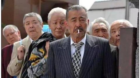 不卖奶茶了?日本黑帮街头火拼,68岁枪手当警察面连杀两名仇敌
