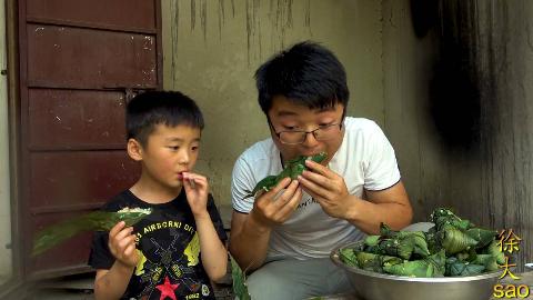 大sao包了4斤粽子,咸肉蛋黄蜜枣,和儿子一起吃三口一个,真过瘾