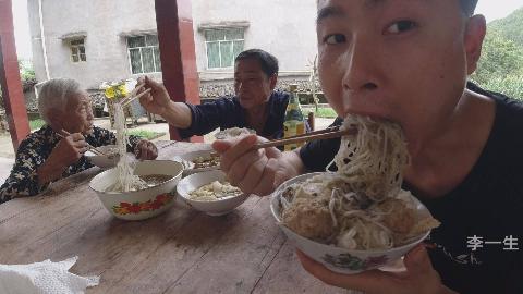 一锅圆子汤,三大碗饭,买了菜去看外婆,结果被我吃完了,真过瘾