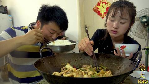 4斤鱿鱼一锅菜,大sao今天做干锅鱿鱼,和老婆一锅不够吃,真过瘾