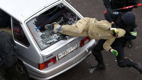 俄反恐队员炸毁被劫客车,拖出3名幸存恐怖分子!网友:人质呢?