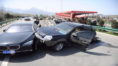 汽车视界观:司机的错误操作,撞翻了人行横道上的行人,这就是不减速惹的祸540期