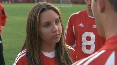 她女扮男装混进足球队,为证明自己是女孩,比赛时直接掀起上衣