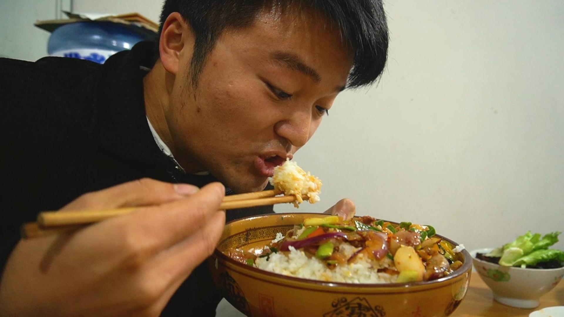 一斤辣椒炒一斤牛头肉,馒头米饭面条全配齐了,全是碳水,真过瘾