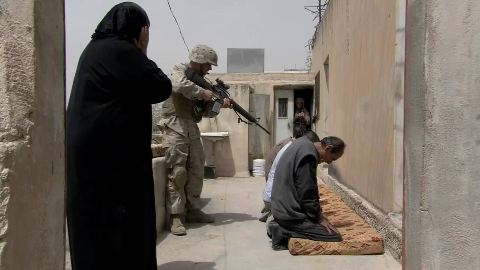 这才是真实的伊拉克战争片,美军遭遇炸弹袭击,疯狂屠杀村民报复