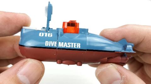 潜水艇玩具拆解,水中竟然可以上下左右和前后,麻雀虽小五脏俱全