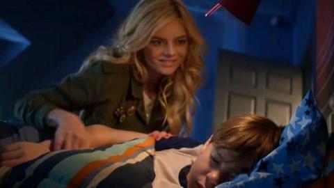 男孩暗恋家中保姆,半夜不睡觉偷看她,结果吓尿了