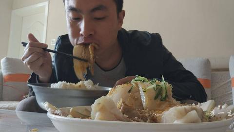两斤五花肉,一把蒜,大片蒜泥白肉,下一盆米饭,吃得真爽
