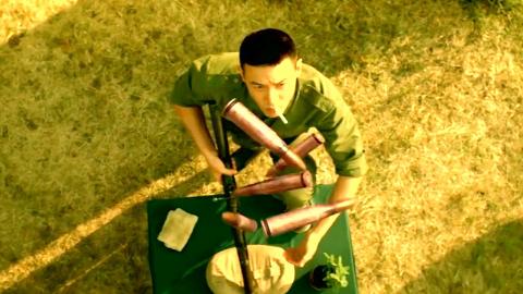 兵王参加射击比赛,让对手十秒,花式射击打出满分!