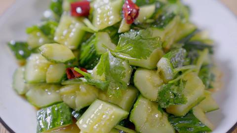 20年厨师教做家常菜拍黄瓜,原来辣椒油是这样炸的,简单又有食欲