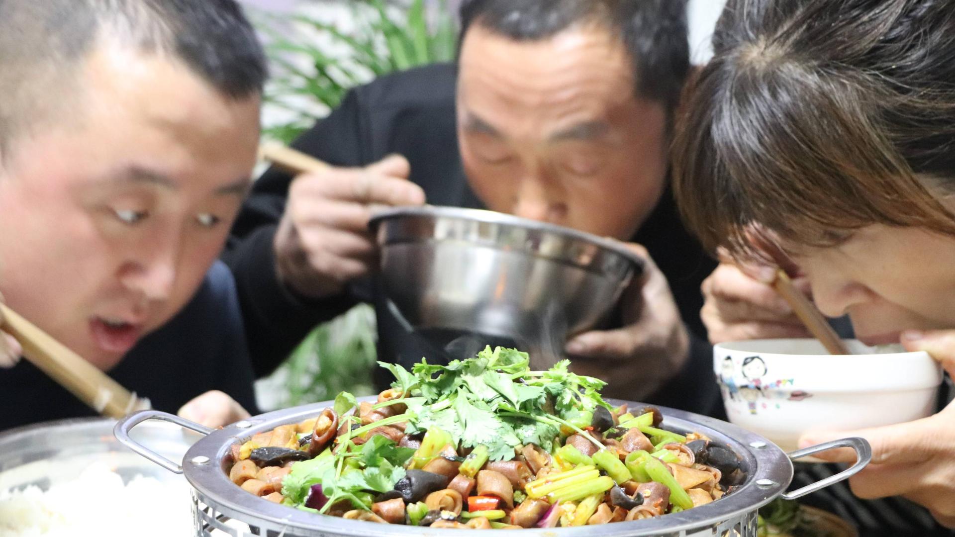 大彭做干锅香辣苦肠,天气冷了吃这个菜太好了,越吃越香