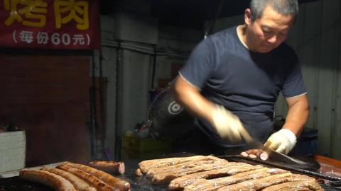 台湾街头美食,铁板烤猪肉香肠,60元一份,你会吃吗