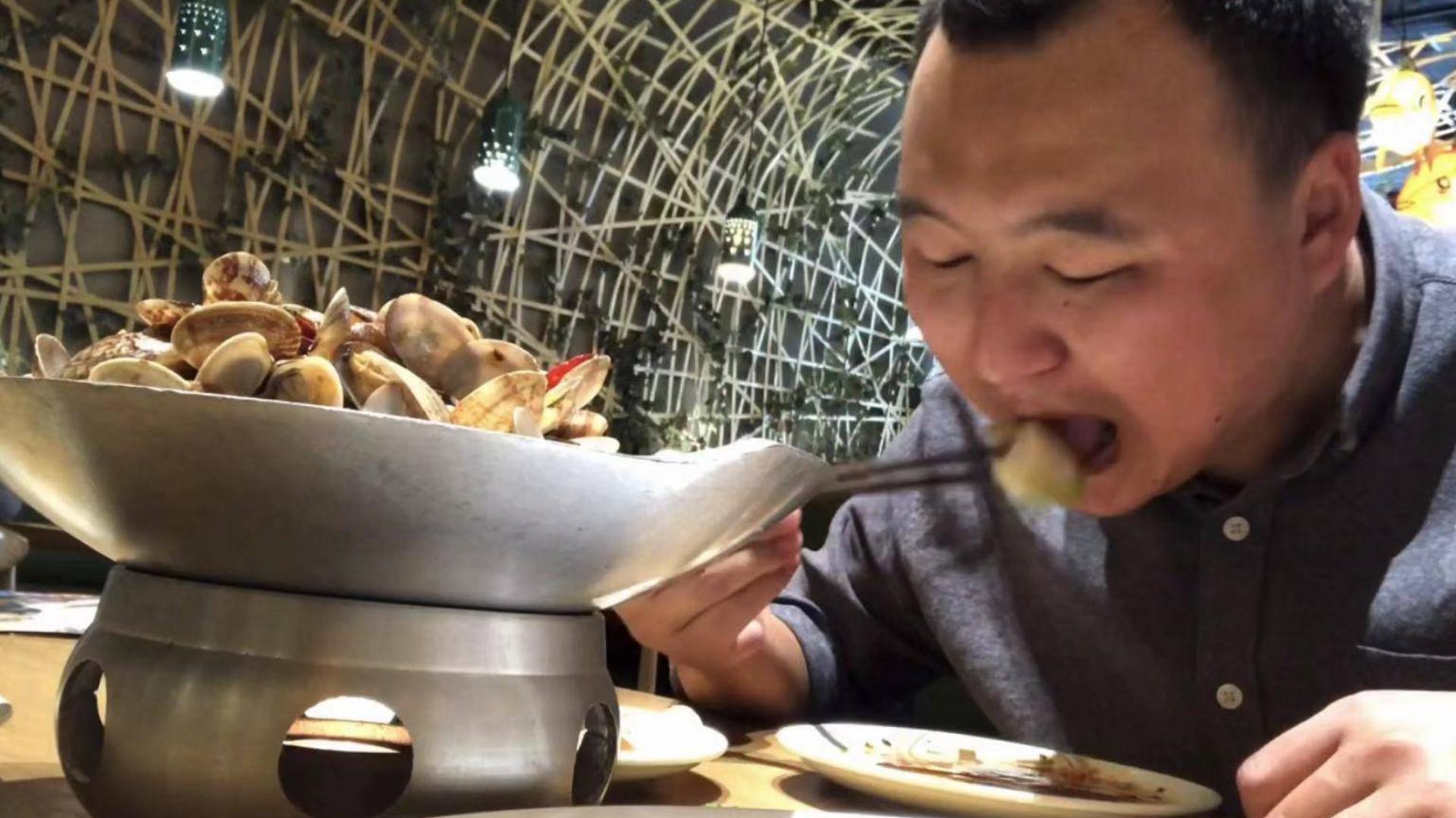 小伙去吃饺子、两份饺子一份花甲、一份大拉皮吃的过瘾!