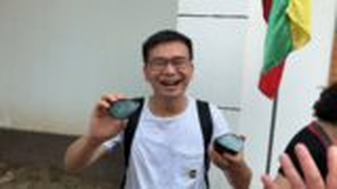 花480元人民币,在缅甸买了块石头,切开却是难得一见的满绿。