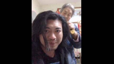 我奶奶给我梳头 ?