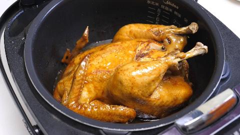 把一整只鸡放电饭煲里,不放水不放油,没想到出锅后比烤鸡还好吃