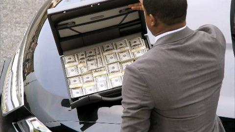 【妙警贼探S201】银行店员被迫打开金库,劫匪盗走820万美金,竟给店员留了100万