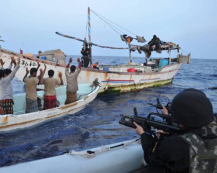 实拍!中国海军亚丁湾打海盗视频首曝光 与手持AK47海盗正面交锋