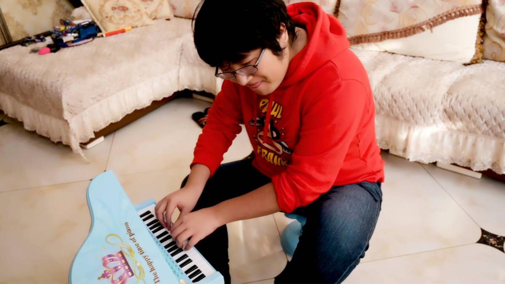 开箱价值60块钱的高端钢琴,弹琴卡拉OK逛动物园一应俱全