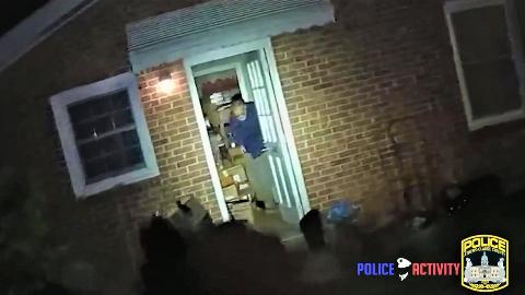 【65岁嫌犯】持枪对着警方,被立刻击倒!