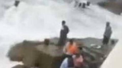 男孩码头拍照被浪卷入海中 父亲为救子不幸身亡