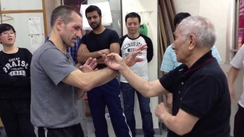 珍贵视频:咏春拳叶准轮番和老外演练咏春技巧!