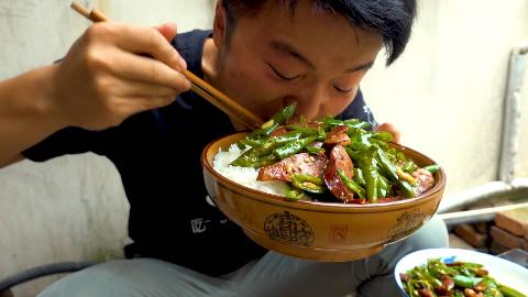 一斤辣椒炒川味熏肠,大sao吃一盆饭被辣懵三次,这顿饭太难忘了