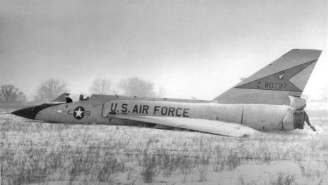 最牛战机,美飞行员弃机跳伞,17吨飞机无人驾驶却完好落地