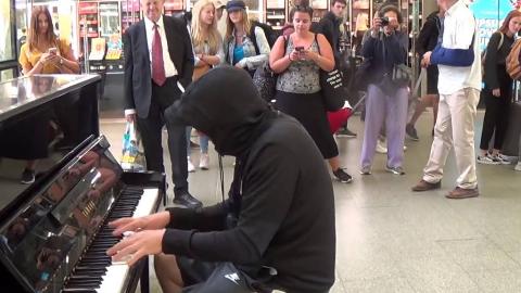 当他在路边弹钢琴,路人都停下来了