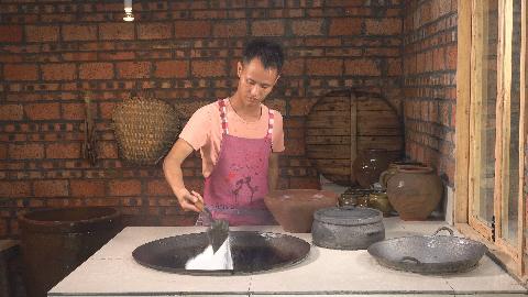 """厨师长教你:""""盐焗海鲜""""的家常做法,6斤""""宽盐""""可以反复使用"""