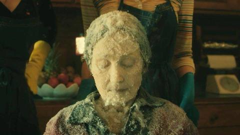 为了奶奶退休金,女孩隐瞒了奶奶的死讯,还把她冻成了冰棍