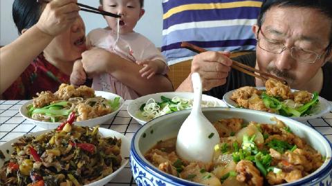 王大姐做酸菜肉丝杂面条和小酥肉,老两口三盘面条吃得真馋人