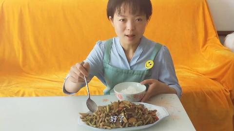 小末视频 鸡胗加酸萝卜酸豆角,酸辣够味,能吃三碗大米饭,没胃口试试