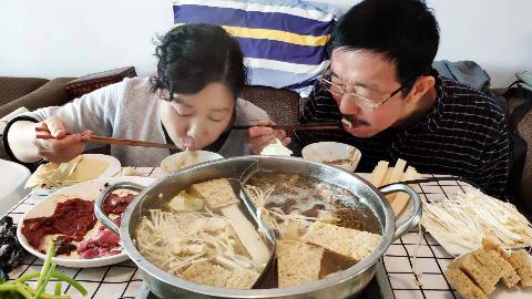 老两口吃乌鸡汤火锅,牛羊肉切片腌制,一桌配菜下火锅,吃得真爽