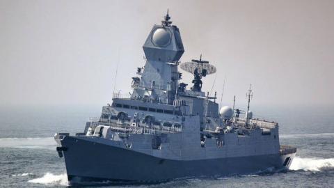 印度是来搞笑的吗?刚派舰队去中东秀实力,在建最强战舰突发大火