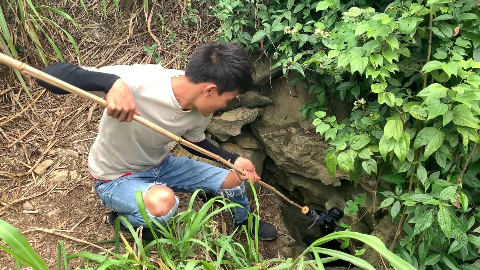 小伙用防水摄像机探索神秘深潭,意外发现价值几千的好货,发财了